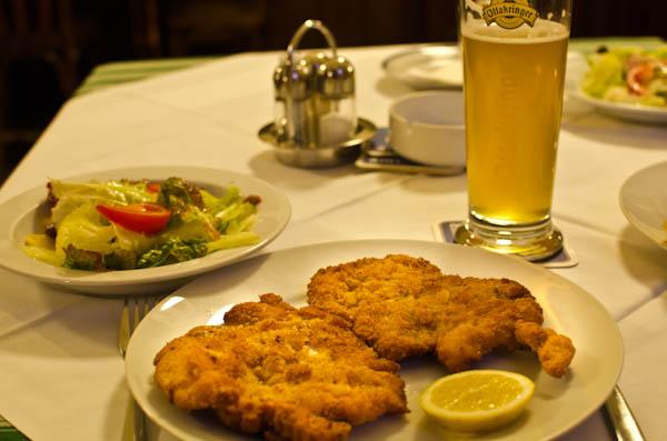 Hans: Was essen wir heute? Liesl: Schnizel Liselotte und Hans: Prima!