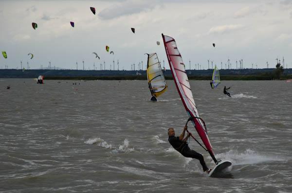 Le spot parfait pour le kite et le windsurfing: peu d'eau et beaucoup beaucoup de vent!