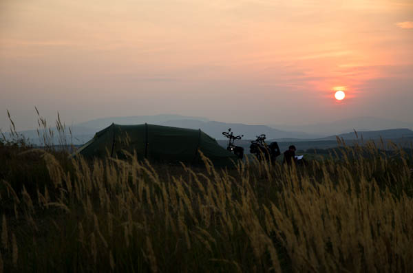 Couché de soleil sur une colline viticole près d'Eger