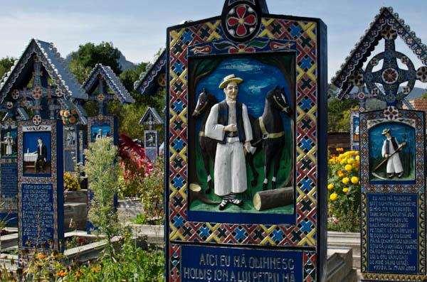"""Le """"cimetière joyeux"""" de Sapanta, véritable chronique d'une communauté"""