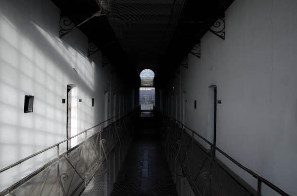 """Les trois étages de cellules de la prison de haute sécurité de """"Sighet"""""""
