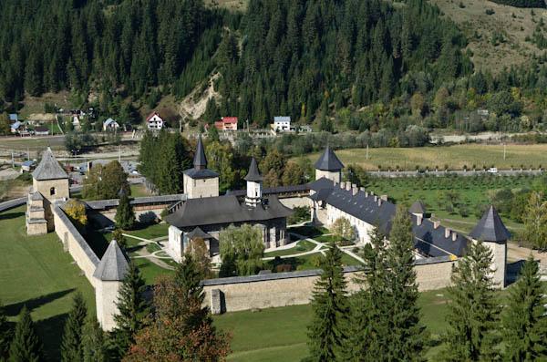 Tel un trésor, le monastère de Sucevita est protégé par d'épais remparts