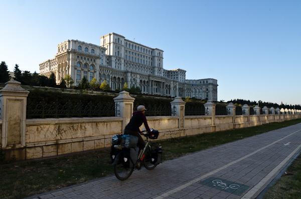 """La """"maison du Peuple"""", actuel siège du Parlement roumain. Plus de 20 minutes de vélo pour en faire le tour!"""