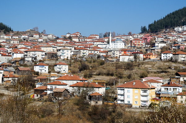 Le village de Dospat accroché à flanc de colline