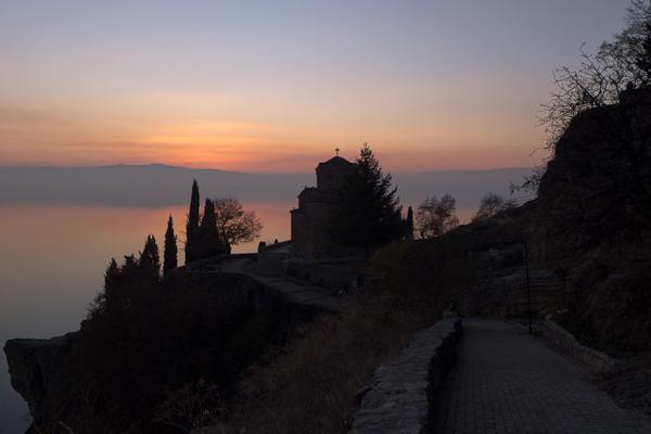 La petite église de Sveti Jovan at Kaneo surplombe le lac d'Ohrid