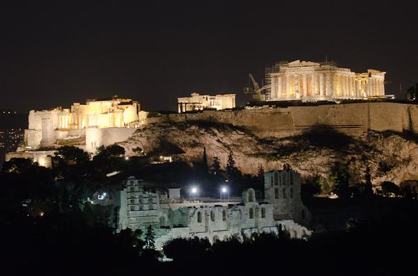 Vue globale sur l'Acropole avec la Porte Beulé, l'Erechthéion, le Parthénon et, en bas, l'Odéon