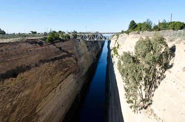Le canal de Corinthe: 6,3km de long, 21m de large, 79m de haut pour un raccourci de 400km