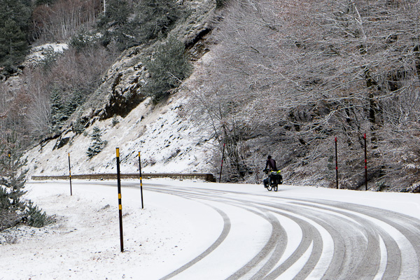 Heureusement, la neige est fraiche et l'adhérence reste bonne. Mais la descente risque d'être moins drôle…