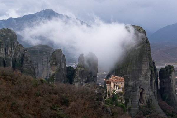 Fin de journée brumeuse sur le monastère de Roussanou