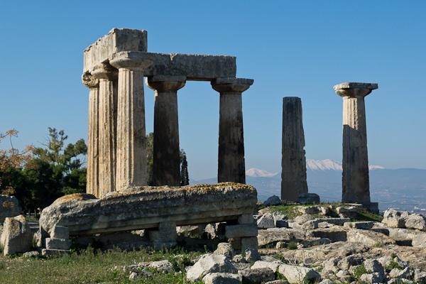 Les vestiges du temple d'Apollon à Corinthe, sur fond de Péloponnèse enneigé