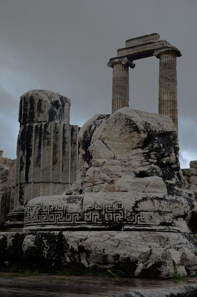 Pieds de colonnes monumentales du temple d'Apollon à Didymes