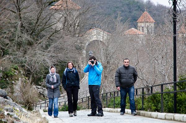 Avec Avto, son cousin et son amie au monastère de Motsameta près de Kutaisi