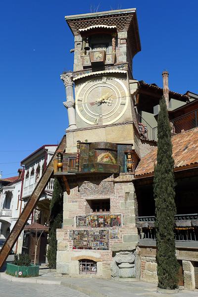 Théâtre de marionnettes dans la vieille ville de Tbilissi où tout est un peu de guingois…