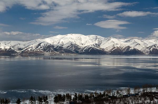 Entre solide et liquide, le lac Sevan, situé à 1'900 mètres, change de visage avec le soleil