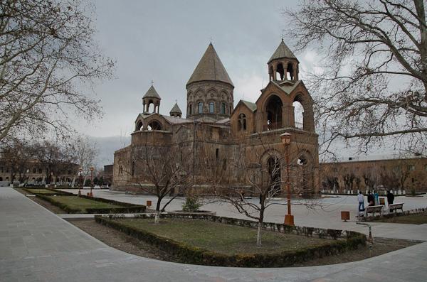 La cathédrale Sourp Etchmiadzin est le plus ancien édifice chrétien arménien. Sa construction a débuté en 303