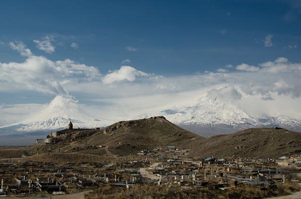 Entre les deux sommets de Mt-Ararat (sur sol turc): le monastère de Khor-Virap