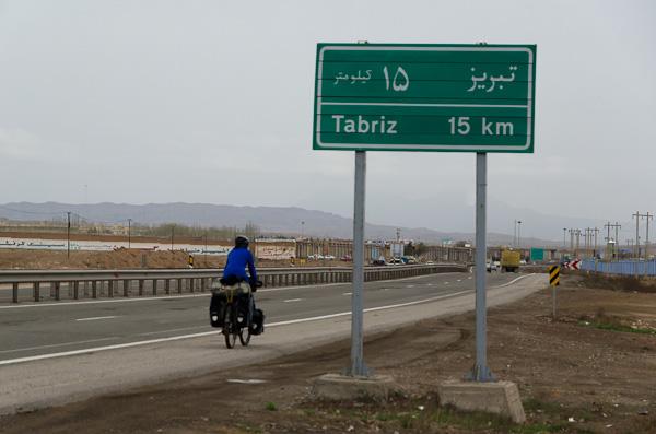A Tabriz, certains y sont venus à dos de chameau, d'autres en Topolino et nous à vélo!