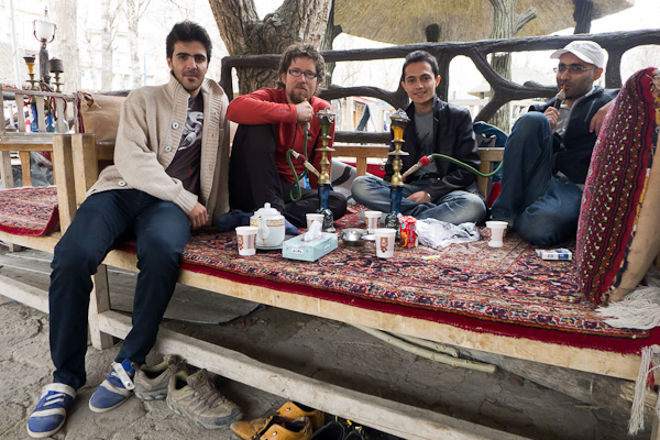 Autour d'un narguilé et d'une tasse de thé, les Iraniens veulent tout savoir sur nous