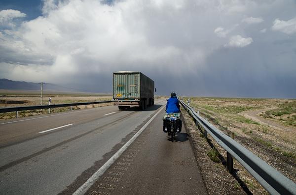 Sur l'autoroute, nous finirons par être pris par l'orage