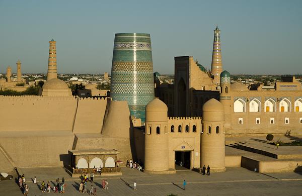 Derrière cette porte se trouve un des joyaux de l'Ouzbékistan