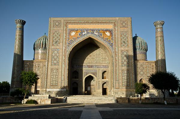 Le Régistan, ensemble de majestueuses médersas couvertes de majoliques et de mosaïques bleu azur, est certainement l'un des sites les plus fabuleux d'Asie centrale