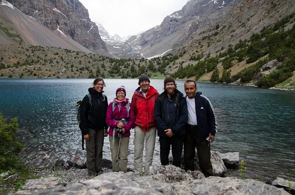 Grands sourires au bord du lac Alauddin, au cœur des Monts Fan…