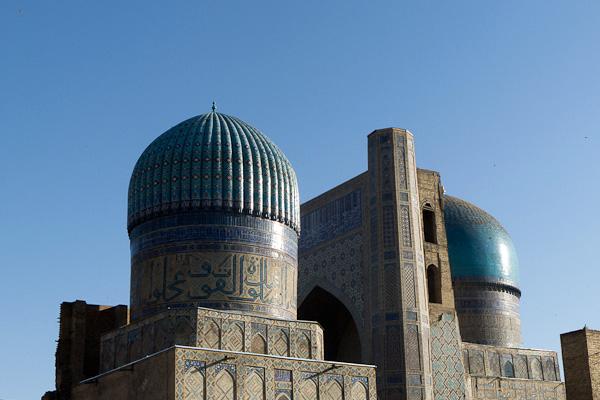L'énorme mosquée Bibi Khanoum atteignant les limites des techniques de construction de l'époque