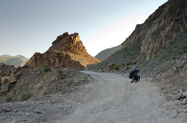 Passé le col de Shurabad, les pâturages s'arrêtent et le bitume disparaît. C'est le Pamir commence!