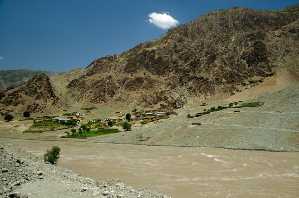 Village afghan accroché à flanc de montagne; les hivers doivent y être impitoyables