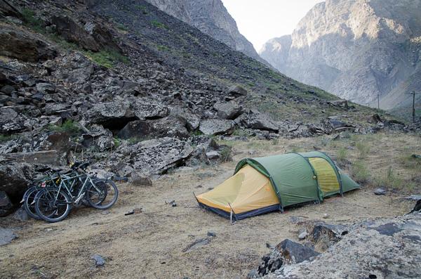 Camping idéal: au pied d'une falaise, face à l'Afghanistan, dans une région minée…