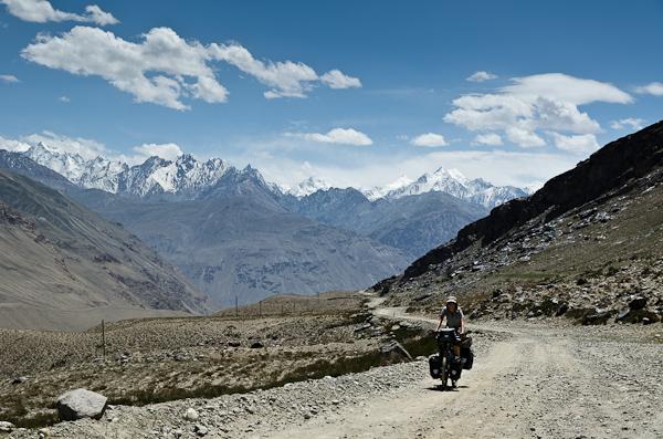 Vue imprenable sur les hauts sommets de l'Indu Kuch, au Pakistan