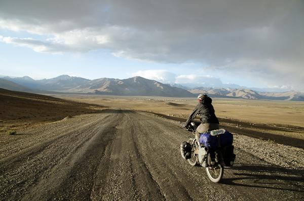 """De retour sur la """"Pamir Highway"""", goudronnée. Au fond: Alichour, où Axel nous attend"""