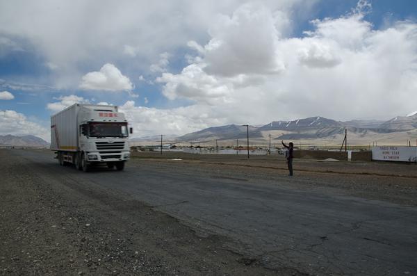 A l'heure du départ: Axel retourne à Khorog à bord d'un camion. Bonne Route!