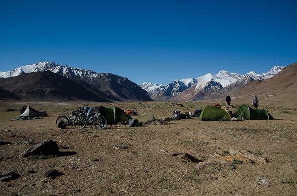 Camping de cyclistes: une Allemande, un Ecossais, trois Belges et deux Suisses