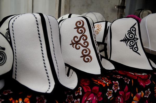 Chapeaux kirghizes au bazar d'Osh