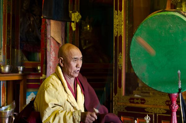 Le Lama supérieur officiant devant une vingtaine de moines