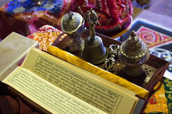 Objets de culte sur la table d'un Lama