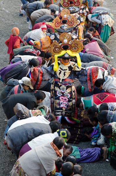 Pour sortir du monastère, les divinités enjambent les fidèles les plus fervents