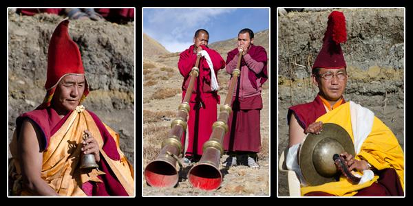 Les prières continuent, aux sons des cymbales et des trompettes