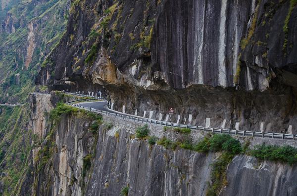 Passage délicat dans la gorge creusée par la tumultueuse Sutlej… Fallait osé!