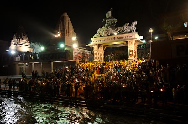 Prières au bord du Gange, à l'occasion du festival international de musique et de yoga