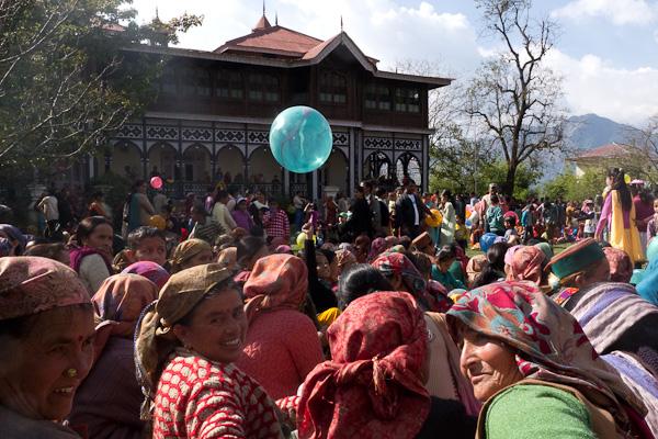 La foule se presse sur la place du village