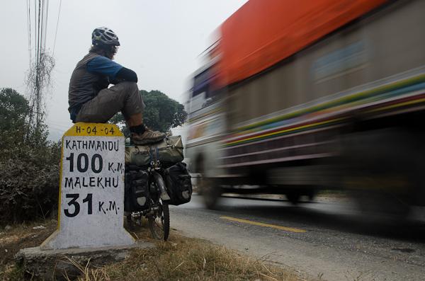 A 100 kil' de Katmandou, ou Sarah et Marc s'apprêtent à nous rejoindre pour deux semaines de visite. Le trafic est dense…