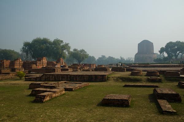 Stupa érigé à la mémoire du premier sermon du Bouddha, à Sârnâth