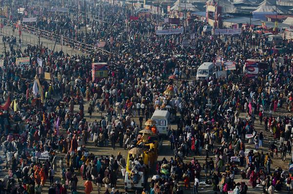 Le 10 février en milieu de matinée, alors que nous rentrons nous coucher, une foule de pèlerins ne cesse d'arriver