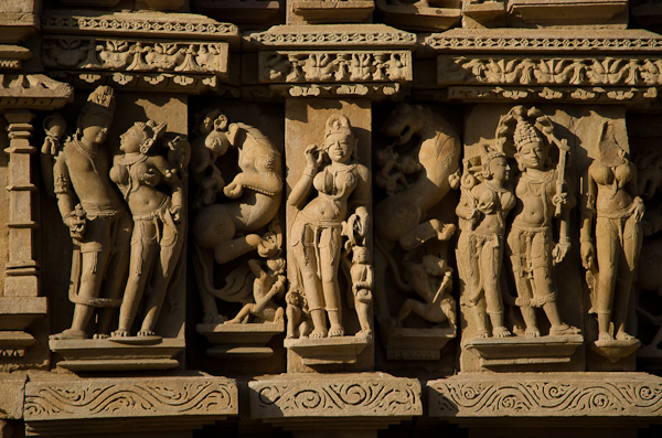 Scènes de vie entre divinités indiennes. A gauche, Vishnu et sa femme Laxmi