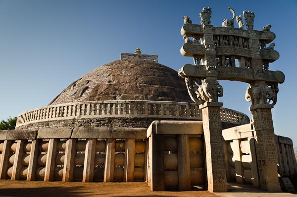 Le grand stupa de Sânchî est encerclé par un mur avec quatre entrées représentants les points cardinaux