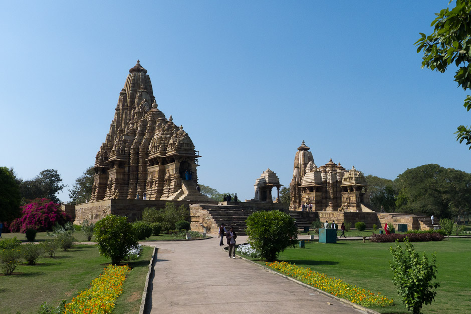 Vue d'ensemble des temples Kandariya Mahadev, Mahadeva et Devî Jagadambâ