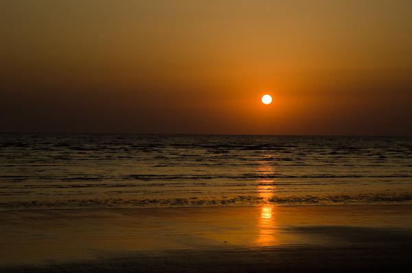 Le soleil se couche sur la mer d'Arabie… pour réapparaître de l'autre côté