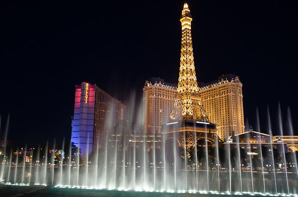 Le Paris Las Vegas et sa tour Eiffel en face de la fontaine du Bellagio